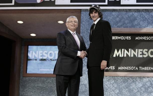 Ricky estrecha la mano del entonces comisionado de la NBA, David Stern, tras ser elegido en el Draft | Foto: marca.com