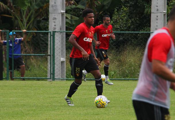 Cabeça de área volta a ficar apto por suspensão contra Grêmio (Foto: Williams Aguiar/Sport)