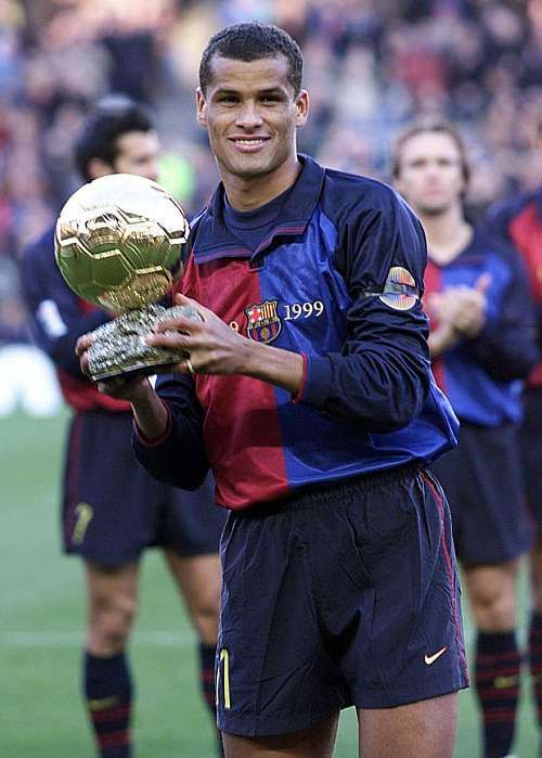 Rivaldo com a Bola de Ouro (Foto: Reprodução/FCB)