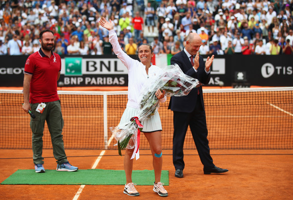 Roberta Vinci was visibly emotional during a special ceremony dedicated to her | Photo: Julian Finney/Getty Images Europe