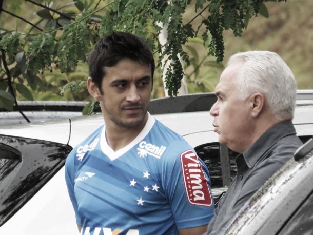Robinho conversa com Guilherme Mendes durante o treino desta sexta-feira (29) (Foto: Matheus Adler/VAVEL Brasil)