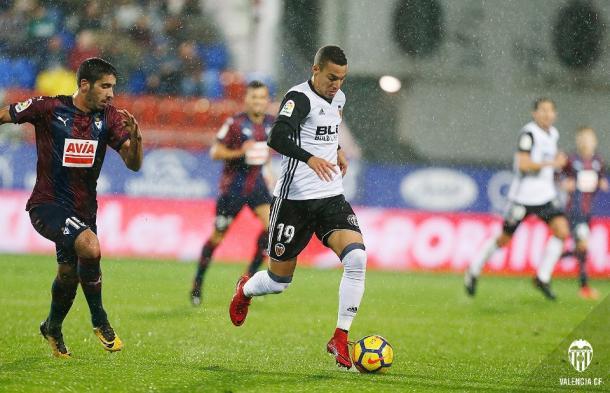 El último desplazamiento blanquinegro estuvo pasado por agua. Fuente: Valencia CF.