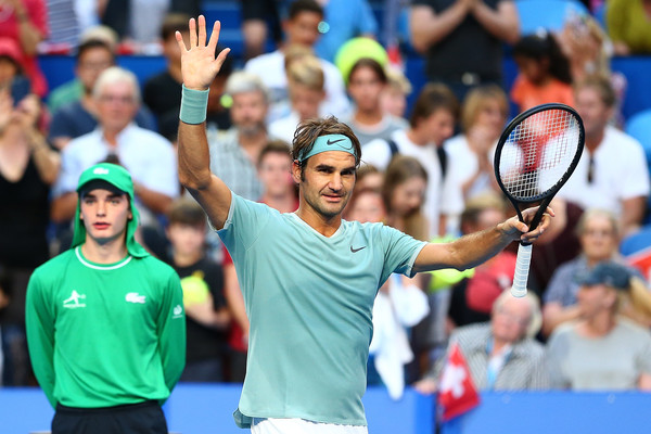 Roger Federer applauds the crowd after his win against Daniel Evans | Photo: Paul Kane/Getty Images AsiaPac