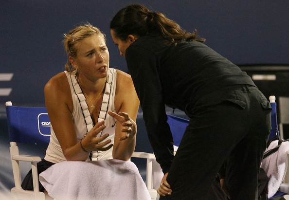 Maria Sharapova describes her shoulder pain to the trainer during her last tournament before undergoing right shoulder surgery: the 2008 Rogers Cup. | Photo: Elsa/Getty Images