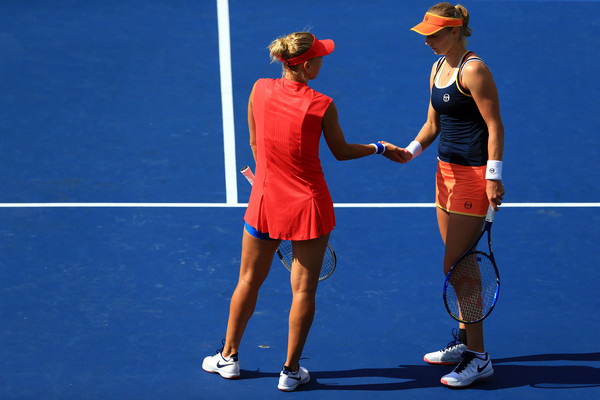 Ekaterina Makarova and Elena Vesnina discusses strategies during the match | Photo: Vaughn Ridley/Getty Images North America