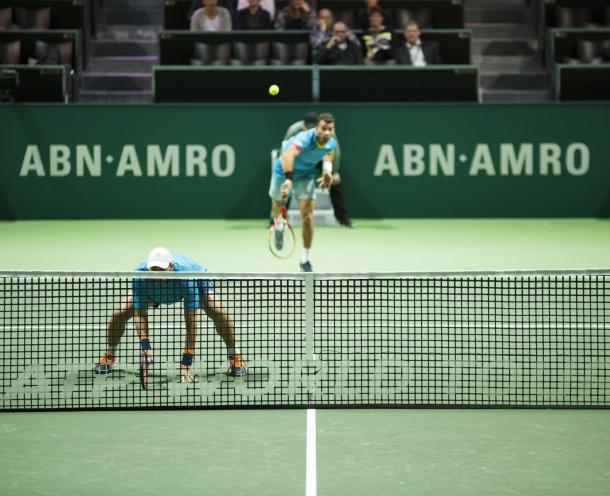 Jean-Julein Rojer (background) serves during the quarterfinals (Photo: ABN AMRO World Tennis Tournament)