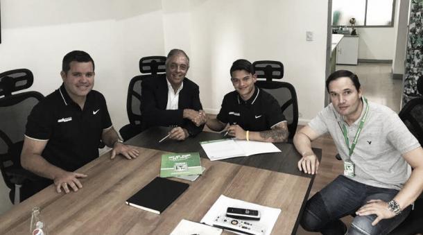 Ronaldo Lucena firmando su vinculación al equipo de Atlético Nacional | Foto: Club Atlético Nacional Oficial