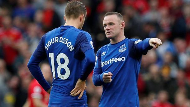 Sigurdsson y Rooney. Foto: Premier League.