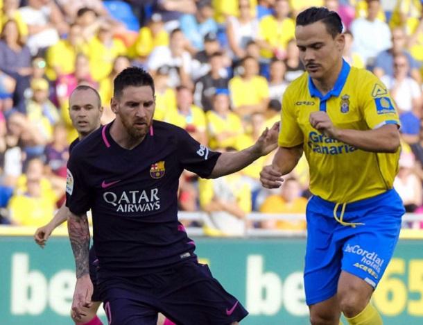 Lionel Messi y Roque Mesa disputan un balón | Foto: EFE