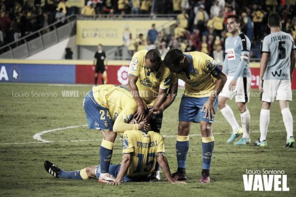 Roque Mesa, rodeado por sus compañeros tras forzar el penalti | Fotografía: Laura Santana / VAVEL