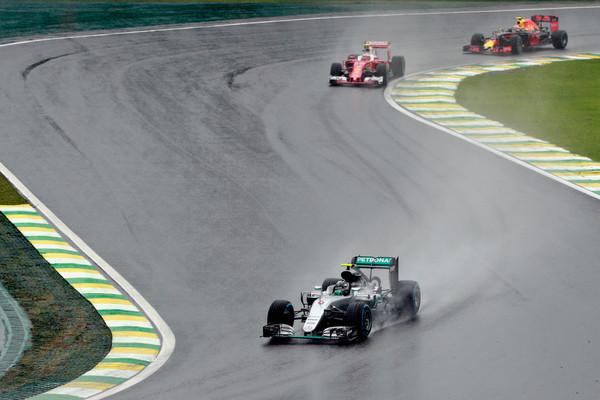 Rosberg (frente) foi o segundo e está muito perto do título (Foto: Adam Pretty/Getty Images)