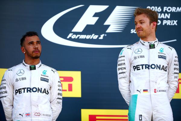 Wolff deixou claro que Lewis Hamilton (esq.) e Nico Rosberg (dir.) terão liberdade na luta pelo título (Foto: Dan Istitene/Getty Images)