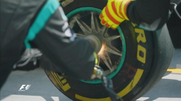 O detalhe do trabalho da Mercedes na parada de Rosberg (Foto: Divulgação/F1)