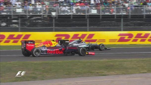 Verstappen atacou Rosberg pelo segundo lugar, mas passou reto (Foto: Divulgação/F1)