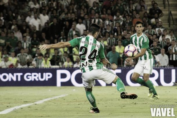 Rubén Castro frente al Granada CF | Foto: Juan I. Lechuga - VAVEL