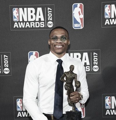 Russell Westbrook recibe el premio al MVP de la temporada regular   Fotografía: zimbio.com
