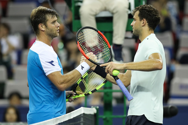 Dimitrov and Harrison meets at the net after the match | Photo: Lintao Zhang/Getty Images AsiaPac