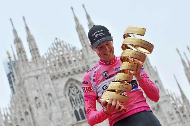 Ryder Hesjedal con il trofeo del Giro d'Italia