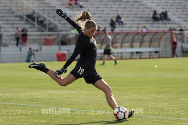 Aubrey Bledsoe warming up, after she became the Pride's top goalkeeper due to an Ashlyn Harris injury l Photo: Jenny Chaung/ VAVEL USA