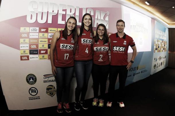 Técnico Juba posa para a foto com as jovens jogadoras do Sesi-SP (Foto: Reprodução/Facebook)