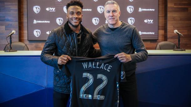 Rodney Wallace posando con la camiseta de los magos | Foto: SKC FC