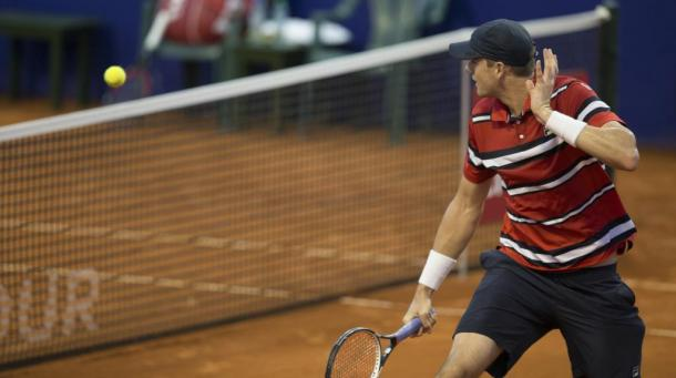 Isner voleando a mitad de pista. Foto: Argentina Open