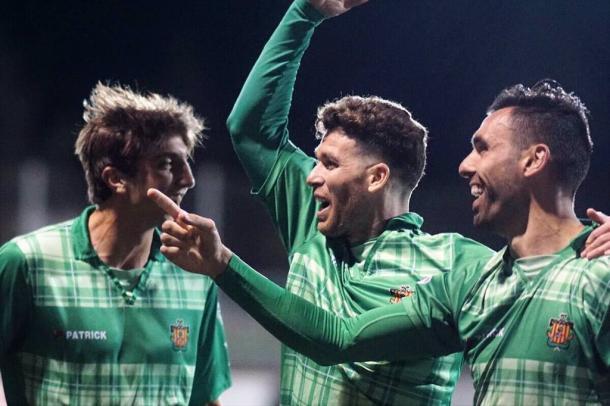 Celebración de un gol del Cornellà entre Enric, Marc y Édgar. Foto: Andrés Ayala