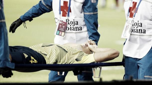 Arias abandonando el campo en camilla / Twitter: Santiago Arias