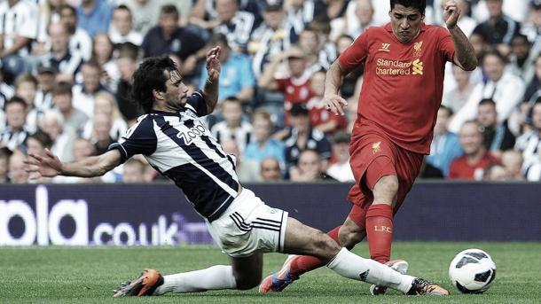 Luis Suárez disputando un balón con Yacob. Foto: Premier League