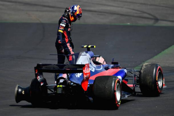 Sainz Jr abandonou após um acidente com Kvyat, seu companheiro de Toro Rosso (Foto: Dan Mullan/Getty Images)