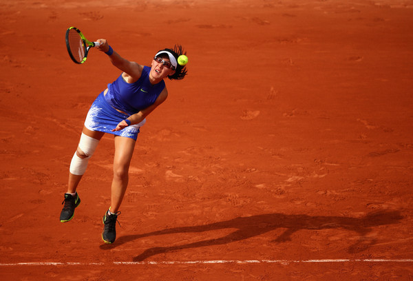 Zheng Saisai serves in the match | Photo: Clive Brunskill / Getty Images Europe
