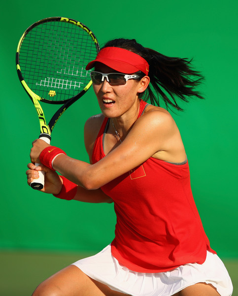 Zheng Saisai follows through on a backhand during her first-round match against Agnieszka Radwanska at the Rio 2016 Olympic Games. | Photo: Clive Brunskill/Getty Images South America