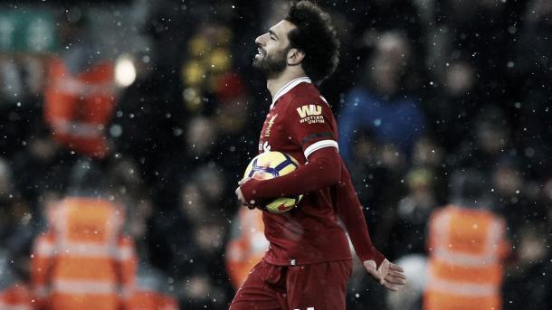 Salah se lleva el balón. Foto: Premier League.