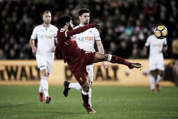Salah dispara pero no puede anotar. Foto: https://twitter.com/SwansOfficial