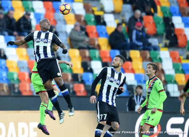 Samir stacca di testa nel match contro il Crotone. Fonte: www.facebook.com/UdineseCalcio1896