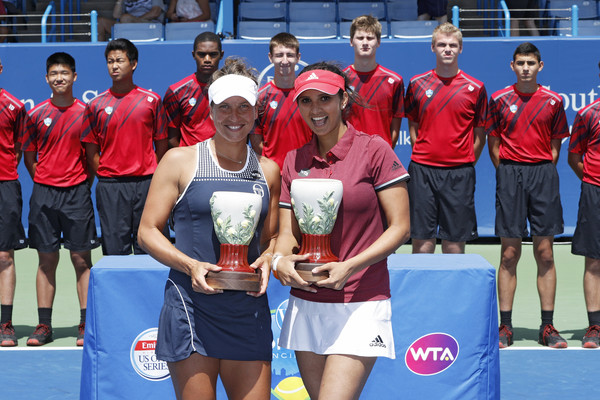 Sania Mirza and Barbora Strycova in Cincinnati with their title | Photo: Joe Robbins/Getty Images North America