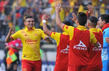 Miguel Sansores (left) celebrates with his team after giving Morelia the 1-0 | Source: Rocio Vazques - AFP/Getty Images