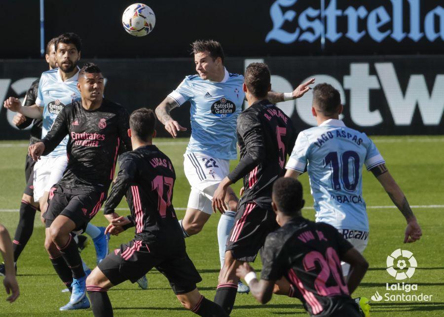 Santi Mina cabecea el balón colgado del 1-2 | Imagen: LaLiga