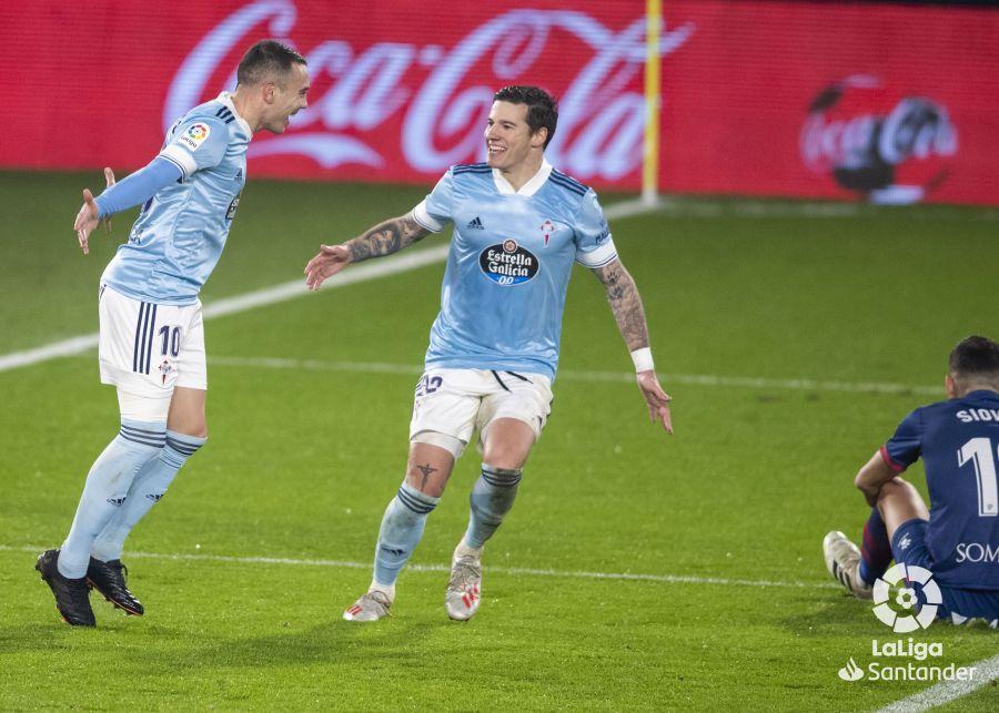 Iago Aspas celebra un gol con Santi Mina   Imagen: LaLiga