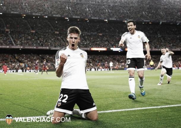Santi Mina celebrando su gol en el Camp Nou durante la temporada pasada. (Foto: Valencia CF)