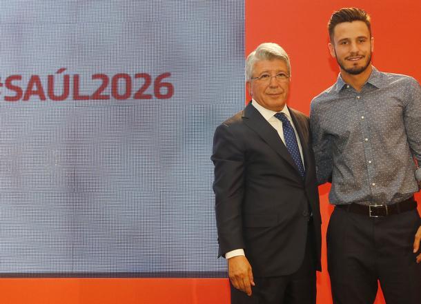 Saúl junto a Enrique Cerezo durante su renovación hasta 2026. Fuente: www.atleticodemadrid.com