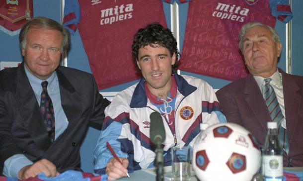 Saunders firmando su contrato con el Aston Villa. Foto: Getty Images
