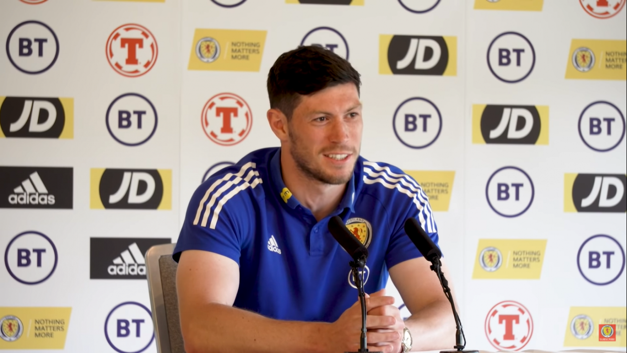 Scott McKenna durante la rueda de prensa previa al partido | Imagen: Scotland National Team
