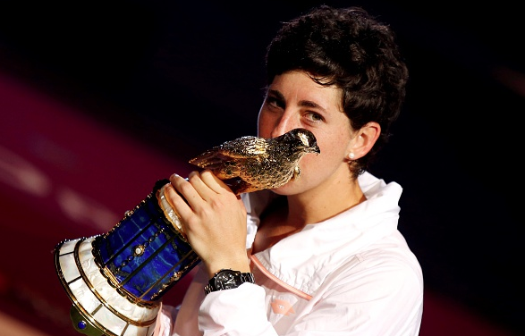 Carla Suarez Navarro kissing the Doha eagle,her second WTA Singles Trophy of her career. Photo:Getty Images/Anadolu Agency