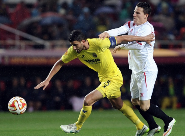 Villarreal's Argentinian defender Mateo Musacchio (L) vies with Sevilla's French forward Kevin Gameiro (R) during the Europa League football match FC Sevilla - Villarreal CF at the Ramon Sanchez Pizjuan stadium in Sevilla on March 19, 2015. AFP PHOTO / CRISTINA QUICLER