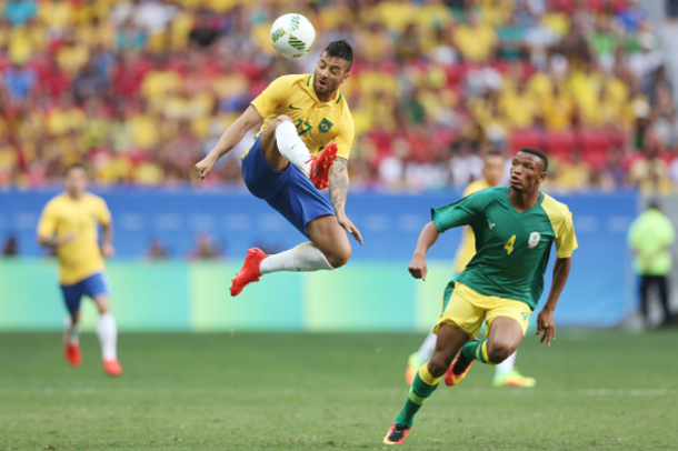 Felipe Anderson touches the ball down in the second half (Photo: Getty Images)