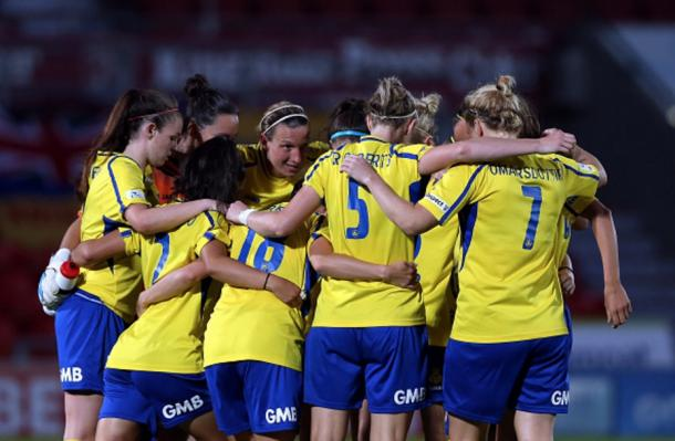 Doncaster Rovers Belles team talk against Manchester City | Photo: Getty Images