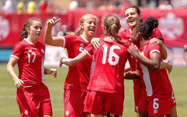 Janine Beckie (16) celebrates a goal with her Canadian teammates. (Photo by Adam Pulicicchio/Getty Images)