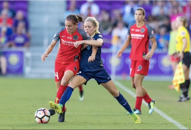 Menges fight off opponent during a game against the North Carolina Courage. Photo:Getty Images/IconSportswire