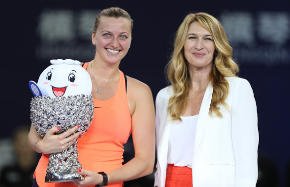 Kvitova with WTA legend and tournament ambassador Steffi Graf (right) after the trophy presentation ceremony. Photo credit: VCG/Getty Images.